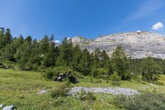 Καταπληκτικό τοπίο στη διαδρομή υψηλών βουνών μέσω του περάσματος Gemmi Στοκ Εικόνα