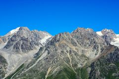 Καταπληκτικό τοπίο των δύσκολων βουνών και του μπλε ουρανού, Καύκασος, Ρωσία Στοκ Εικόνες