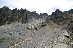 Καταπληκτικό τοπίο των δύσκολων βουνών και του μπλε ουρανού, Καύκασος, Ρωσία Στοκ φωτογραφία με δικαίωμα ελεύθερης χρήσης