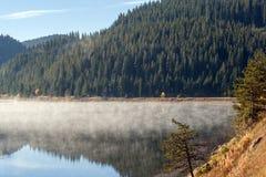 Καταπληκτικό φθινόπωρο της δεξαμενής Golyam Beglik, βουνό Rhodopes Στοκ Φωτογραφία