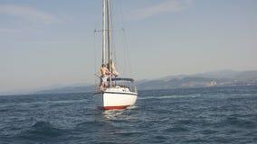 Καταπληκτικό Seascape με την άσπρη πλέοντας βάρκα στην μπλε θάλασσα απόθεμα βίντεο