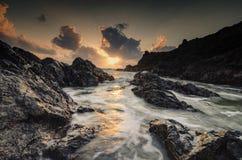 Καταπληκτικό seascape φύσης υπόβαθρο με το όμορφο χρώμα του sunri στοκ φωτογραφία