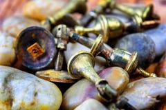 Καταπονημένα σκουριασμένα λαβές ή Doorknobs ντουλαπιών ορείχαλκου Στοκ Εικόνες