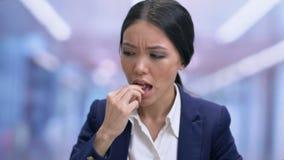 Καταπονημένη επιχειρησιακή γυναίκα που αισθάνεται τον πονοκέφαλο, που παίρνει το χάπι με το νερό, υγεία φιλμ μικρού μήκους