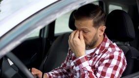 Καταπονημένος οδηγός αυτοκινήτων που παίρνει eyeglasses μακριά, ασθένεια όρασης, αδυναμία υγείας στοκ φωτογραφίες με δικαίωμα ελεύθερης χρήσης