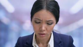 Καταπονημένος businesslady υφιστάμενος ισχυρός πονοκέφαλος και λήψη της ταμπλέτας, πίεση απόθεμα βίντεο