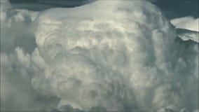 Καταπληκτικά βαριά χνουδωτά άσπρα σύννεφα στο σκοτεινό ουρανό που κινεί τον έγκαιρο πυροβολισμό σφάλματος φιλμ μικρού μήκους