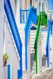 Καταπληκτικά ζωηρόχρωμα σκαλοπάτια στις όμορφες στενές οδούς του ελληνικού νησιού με τα μπαλκόνια και των Λευκών Οίκων όμορφος Στοκ φωτογραφία με δικαίωμα ελεύθερης χρήσης