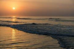 Καταπληκτικά κόκκινα κύματα ηλιοβασιλέματος στην παραλία Salalah Ομάν 8 Στοκ φωτογραφία με δικαίωμα ελεύθερης χρήσης
