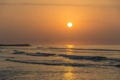 Καταπληκτικά κόκκινα κύματα ηλιοβασιλέματος στην παραλία Salalah Ομάν 7 Στοκ φωτογραφίες με δικαίωμα ελεύθερης χρήσης