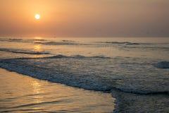 Καταπληκτικά κόκκινα κύματα ηλιοβασιλέματος στην παραλία Salalah Ομάν 9 Στοκ Εικόνες
