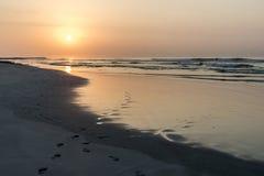 Καταπληκτικά κόκκινα κύματα ηλιοβασιλέματος στην παραλία Salalah Ομάν 10 Στοκ Εικόνες