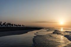 Καταπληκτικά κόκκινα κύματα ηλιοβασιλέματος στην παραλία Salalah Ομάν Στοκ Φωτογραφίες