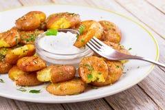 Καταπληκτικές πατάτες με το μαϊντανό, το ξηρό δεντρολίβανο, την απόλαυση λεμονιών και τη σάλτσα γιαουρτιού Στοκ Φωτογραφίες