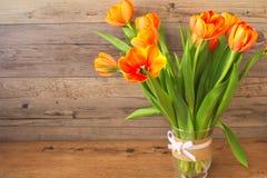 Καταπληκτικές φρέσκες τουλίπες λουλουδιών σε ένα βάζο γυαλιού Στοκ Εικόνες
