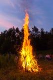 Καταπληκτικές φλόγες μιας πυράς προσκόπων Στοκ Εικόνες
