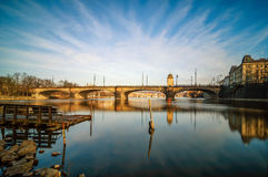Καταπληκτική άποψη ανατολής στη γέφυρα και τη βάρκα ποταμών Vltava με σαφή Στοκ φωτογραφία με δικαίωμα ελεύθερης χρήσης
