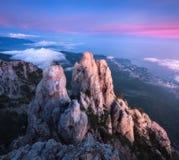 Καταπληκτική άποψη από την αιχμή βουνών στους υψηλούς βράχους Στοκ Φωτογραφία