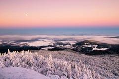 Καταπληκτική άποψη από την αιχμή βουνών Jested Χαρακτηριστικό χιονώδες πρωί, Τσεχία Στοκ εικόνες με δικαίωμα ελεύθερης χρήσης