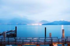 Καταπληκτική άποψη νύχτας της λίμνης φεγγαριών ήλιων στοκ εικόνες