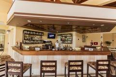 καταπληκτική άποψη πρόσκλησης του φραγμού λόμπι με νέο γυναικείο bartender στο υπόβαθρο στο τμήμα υπηρεσιών ασφαλίστρου Στοκ Εικόνες