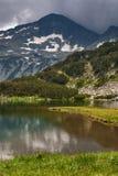 Καταπληκτική άποψη της λίμνης Muratovo και αντανάκλαση της αιχμής Banski Suhodol, βουνό Pirin Στοκ Εικόνες
