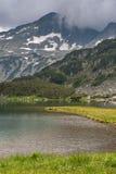 Καταπληκτική άποψη της λίμνης Muratovo και αντανάκλαση της αιχμής Banski Suhodol Στοκ Φωτογραφίες