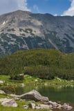 Καταπληκτική άποψη της λίμνης Muratovo και αντανάκλαση της αιχμής Todorka Στοκ φωτογραφία με δικαίωμα ελεύθερης χρήσης