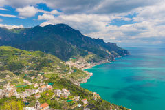 Καταπληκτική άποψη της ακτής της Αμάλφης και της πόλης Maiori από το χωριό Ravello, περιοχή Campania, νότος της Ιταλίας Στοκ εικόνα με δικαίωμα ελεύθερης χρήσης