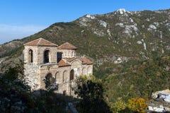Καταπληκτική άποψη της εκκλησίας της ιερής μητέρας του Θεού στο φρούριο Asen ` s και το βουνό Rhodopes, Αζένοβγκραντ, Βουλγαρία Στοκ Εικόνα