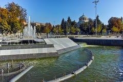 Καταπληκτική άποψη της πηγής στο κέντρο Pleven και το ST George το μαυσωλείο παρεκκλησιών κατακτητών, Βουλγαρία Στοκ Φωτογραφία