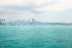 Καταπληκτική άποψη του ευρωπαϊκού μέρους της Ιστανμπούλ ενάντια στο όμορφους μπλε Bosphorus και τον ουρανό Η σύγχρονη Ιστανμπούλ  στοκ φωτογραφίες