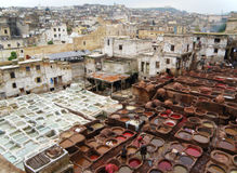 Καταπληκτική άποψη των άσπρων και κόκκινων καφετιών κοιλωμάτων χρωστικών ουσιών του εργοστασίου δέρματος στο Fez του Μαρόκου στοκ εικόνες