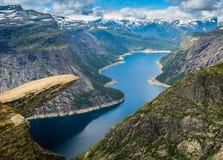 Καταπληκτική άποψη φύσης με Trolltunga και την όμορφη λίμνη Νορβηγία Στοκ Εικόνα