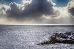Καταπληκτική λεπτή γραμμή φωτός του ήλιου του ήλιου που πηγαίνει κάτω στον ορίζοντα Στοκ Εικόνες