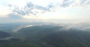 Καταπληκτική ομορφιά φυσική των βουνών στην εναέρια άποψη απόθεμα βίντεο