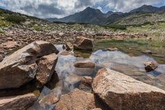 Καταπληκτική πανοραμική άποψη των λιμνών Musalenski και της αιχμής Musala, βουνό Rila Στοκ εικόνες με δικαίωμα ελεύθερης χρήσης