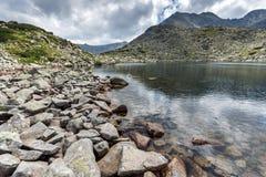 Καταπληκτική πανοραμική άποψη των λιμνών Musalenski και της αιχμής Musala, βουνό Rila Στοκ φωτογραφία με δικαίωμα ελεύθερης χρήσης