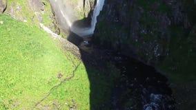 Καταπληκτική τοπ 4k εναέρια άποψη καμερών κηφήνων σχετικά με ένα ισχυρό waterfull που τρέχει από το βουνό βράχου πετρών στο ρεύμα απόθεμα βίντεο