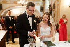 Καταπληκτικοί μοντέρνοι χαριτωμένοι νεόνυμφος και νύφη στο παλαιό goth υποβάθρου Στοκ Εικόνες