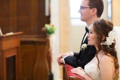 Καταπληκτικοί μοντέρνοι χαριτωμένοι νεόνυμφος και νύφη στο παλαιό goth υποβάθρου Στοκ εικόνα με δικαίωμα ελεύθερης χρήσης
