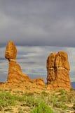 Καταπληκτικός ισορροπημένος βράχος, ένας εικονικός σχηματισμός ψαμμίτη, στο τόξο Στοκ Εικόνα