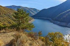 Καταπληκτικός ladscape με το δάσος γύρω από τη δεξαμενή Vacha Antonivanovtsy, βουνό Rhodopes Στοκ Εικόνες