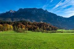 Καταπληκτικό αλπικό τοπίο επαρχίας στο χρόνο φθινοπώρου alpes λιβάδι Tirol βουνών της Αυστρίας στοκ εικόνες