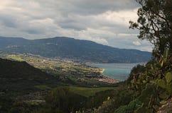 καταπληκτικό βουνό τοπίων νεφελώδης ημέρα Άποψη από την περιοχή επίσκεψης κοντά στο άδυτο Madonna Di Tindari Tindari Σικελία στοκ φωτογραφία