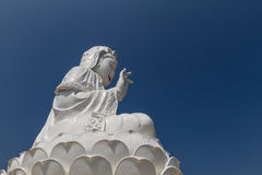 Καταπληκτικό γιγαντιαίο άσπρο άγαλμα του Βούδα στον κινεζικό ναό Στοκ Εικόνες