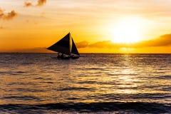 Καταπληκτικό ηλιοβασίλεμα εν πλω Sailboat Στοκ φωτογραφία με δικαίωμα ελεύθερης χρήσης
