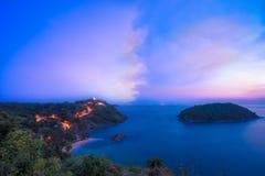 Καταπληκτικό ηλιοβασίλεμα θάλασσας στον απότομο βράχο Phuket Στοκ φωτογραφίες με δικαίωμα ελεύθερης χρήσης