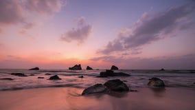 Καταπληκτικό ηλιοβασίλεμα πέρα από την τροπική αμμώδη παραλία Χρονικό σφάλμα Ταξίδι του Μιανμάρ (Βιρμανία) φιλμ μικρού μήκους