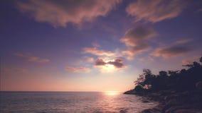 Καταπληκτικό ηλιοβασίλεμα πέρα από την τροπική θάλασσα Χρονικό σφάλμα Νησί Phuket, ταξίδι της Ταϊλάνδης απόθεμα βίντεο